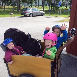 Barn i lådcykel